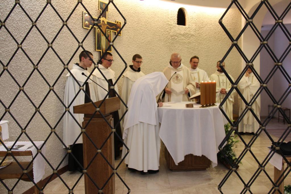 podpisanie tekstu ślubów na ołtarzu eucharystycznym